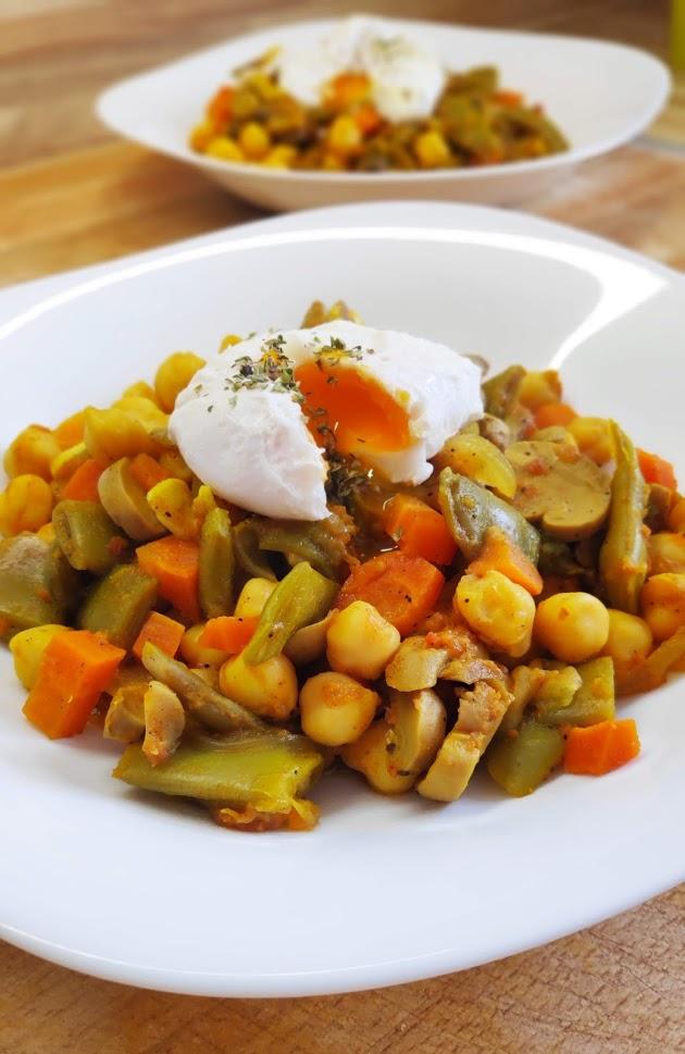 Garbanzos con huevo y verduras